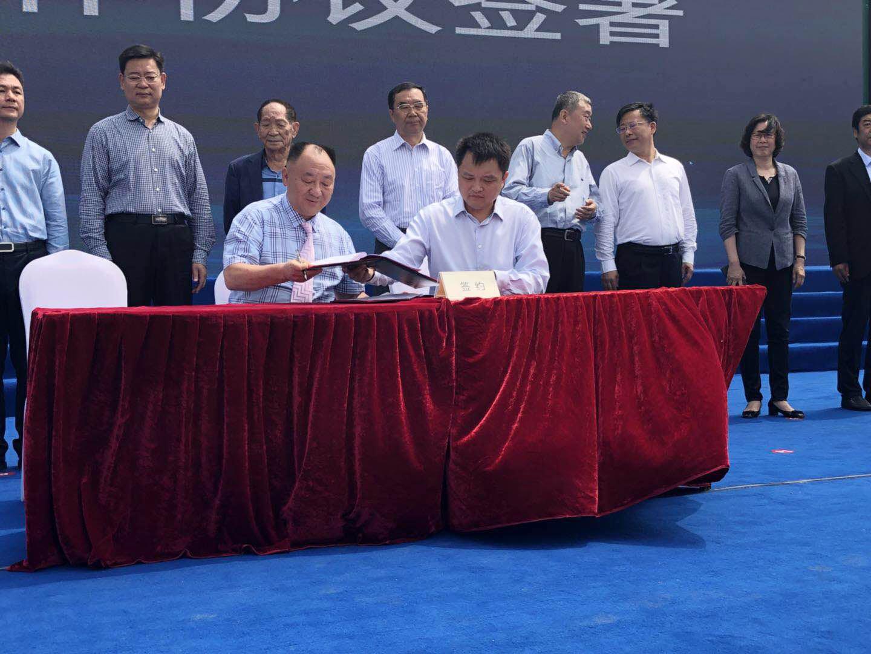 公司总经理田国庆在签约仪式上就海水稻项目落地进行签约
