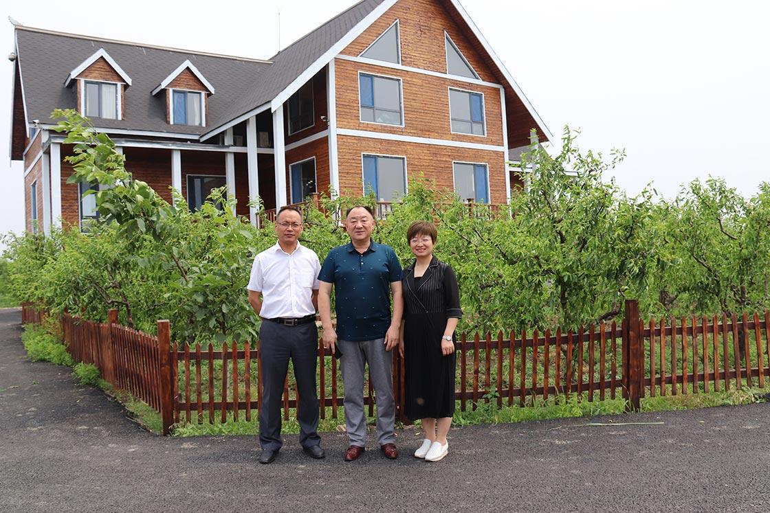 公司总经理田国庆在禹王湿地办公室与吴占勇、张霞博士合影留念